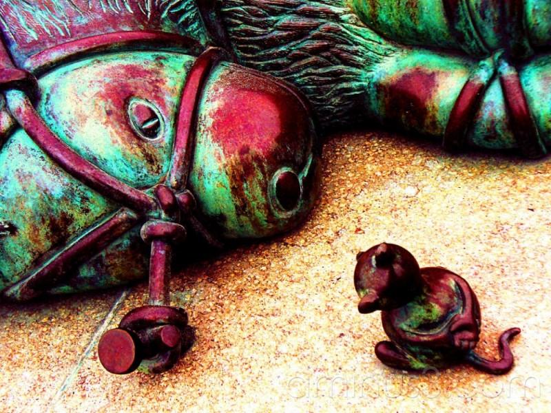 sculpture in Scheveningen bound lion and mouse