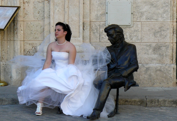 Cuban bride and statute