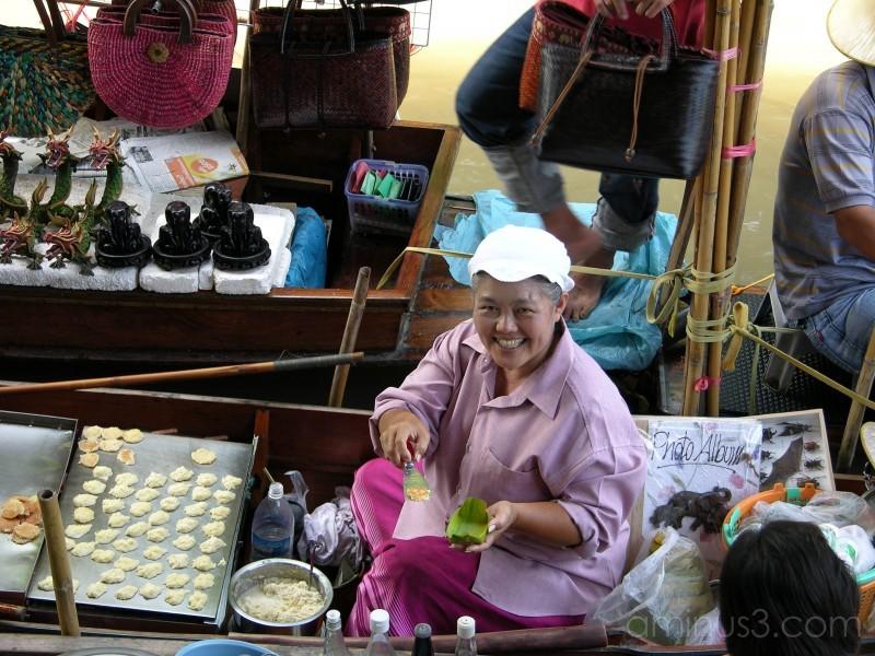 Damnoensaduak Floating Market in Bangkok