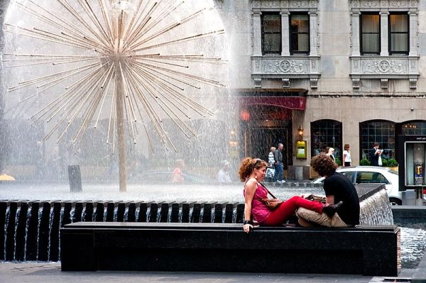 Lovers by the fountain