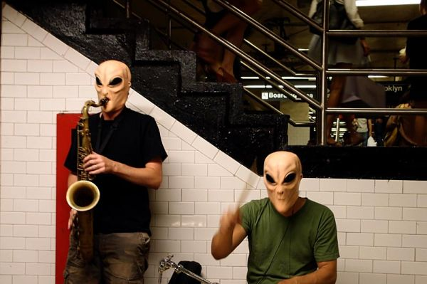 Buskers as Martians on the L line