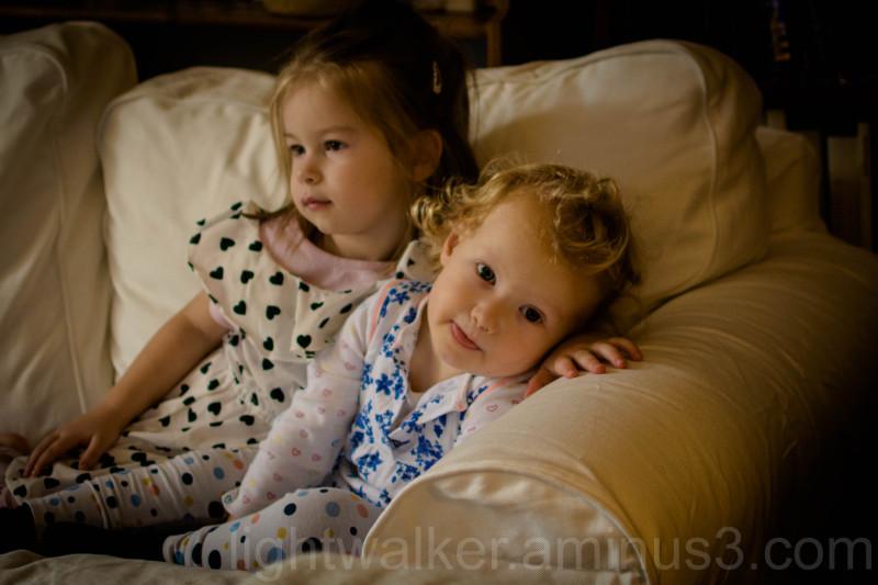 Fanni watchingSongebob with Lujzi