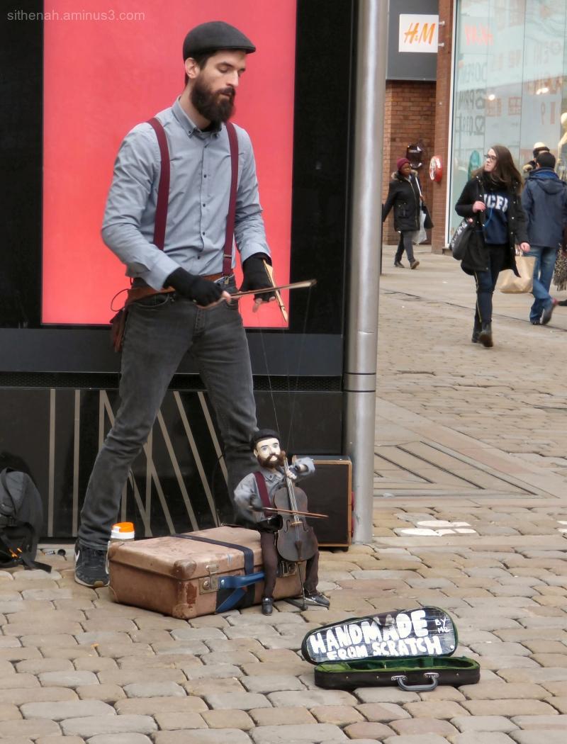 Travelling puppeteer Ettenoiram in Manchester