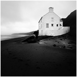 Photo of a white house on the beach in Morfa Nefyn
