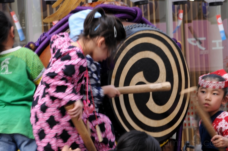 kids playing on a taiko drum