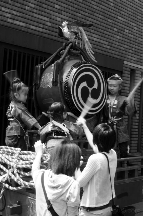 kids drumming a taiko in asakusa