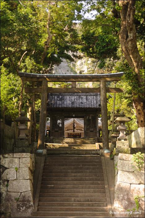 niijima torii temple gate