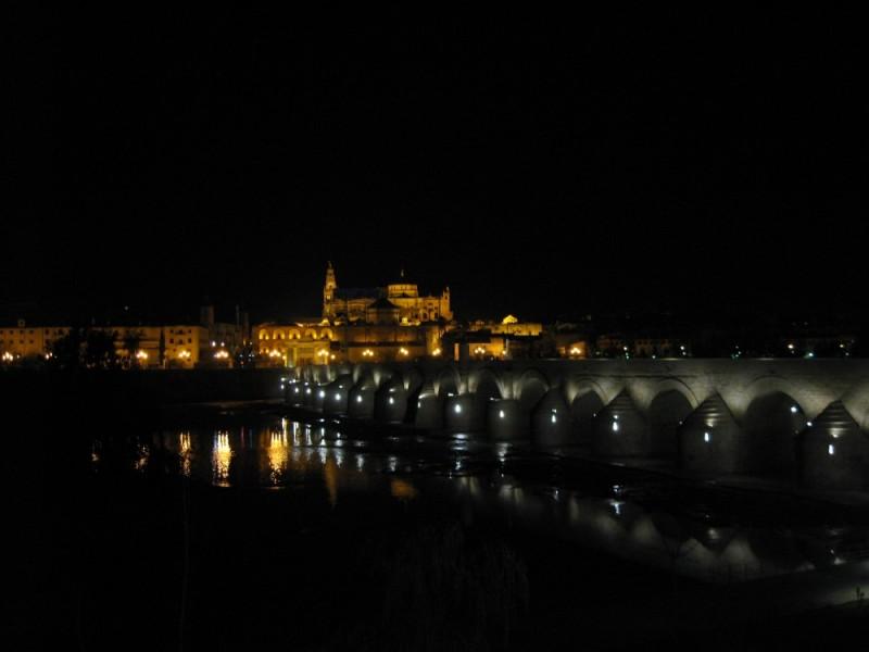 Puente romano encaminando a la mezquita