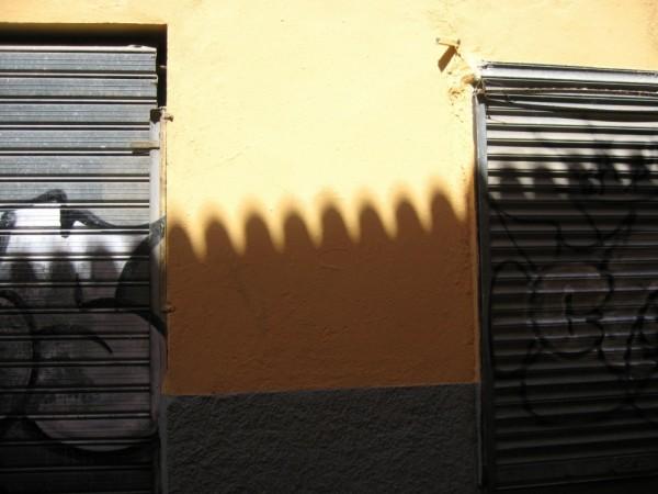 Tejas sobre el muro, con trapas y pintura