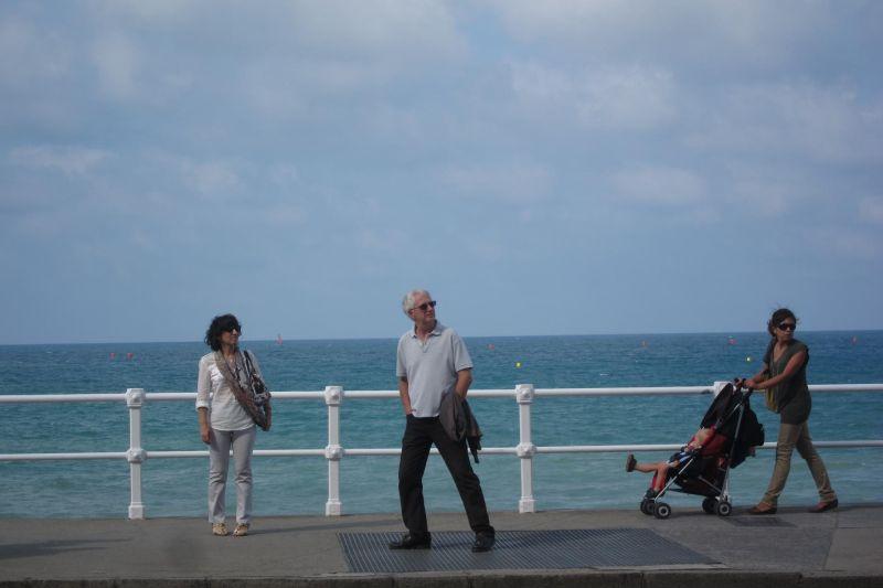 Sólo uno mira al mar.