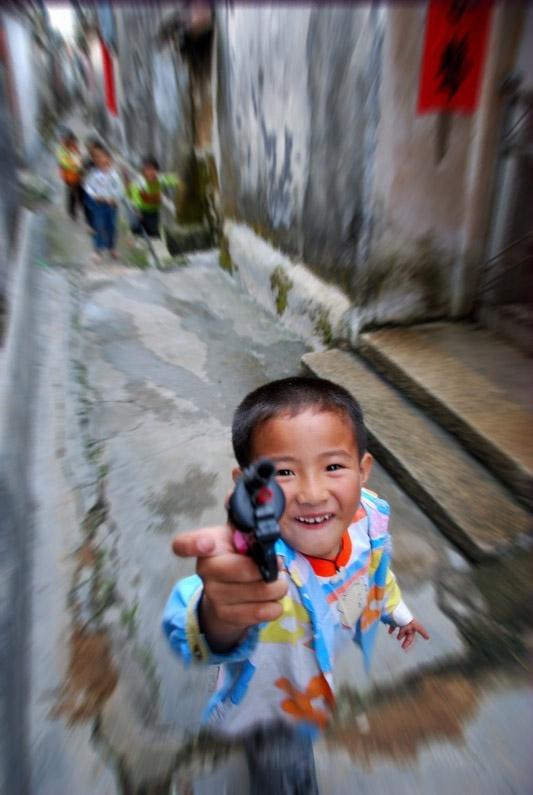 Sanmei Village Alley Child Gun