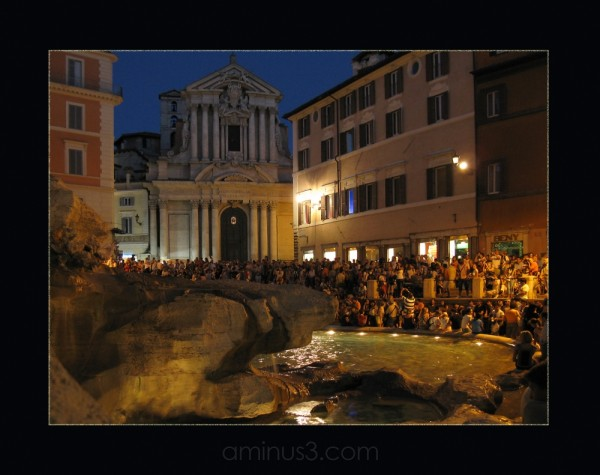trevi fountain roma dolcevita people