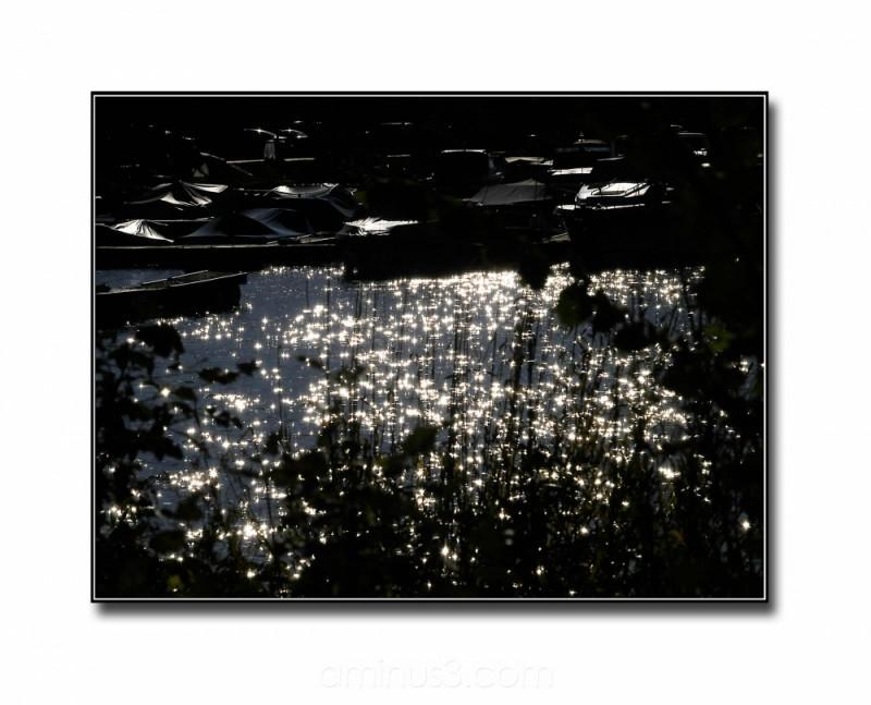 backlight sprinkles light water reflection boats
