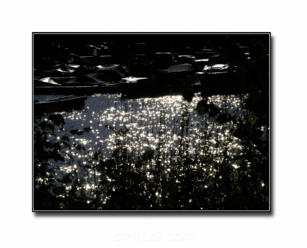 backlight sprinkles light water reflection boats