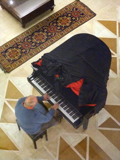 Piano player Kabul Serena