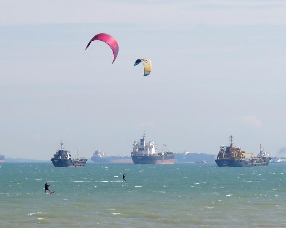 singapore harbour parasailing