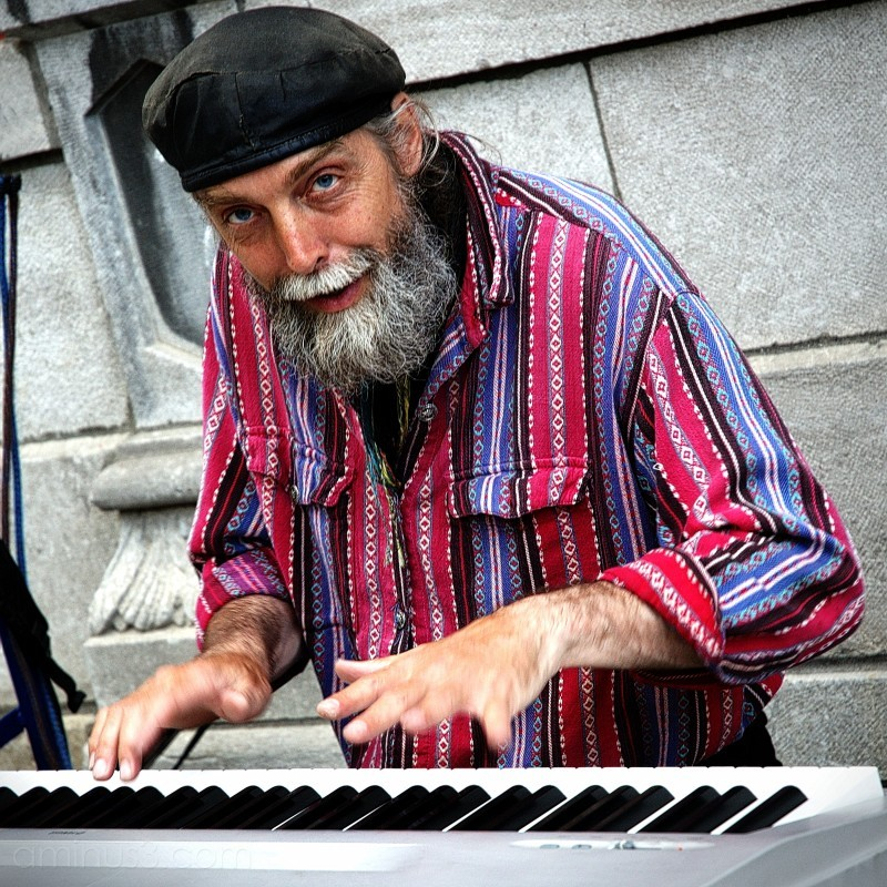 People - Quebec City Pianoman Busker