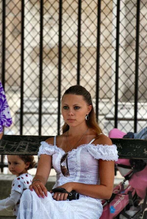 La jeune fille en blanc, au square Jean XXIII