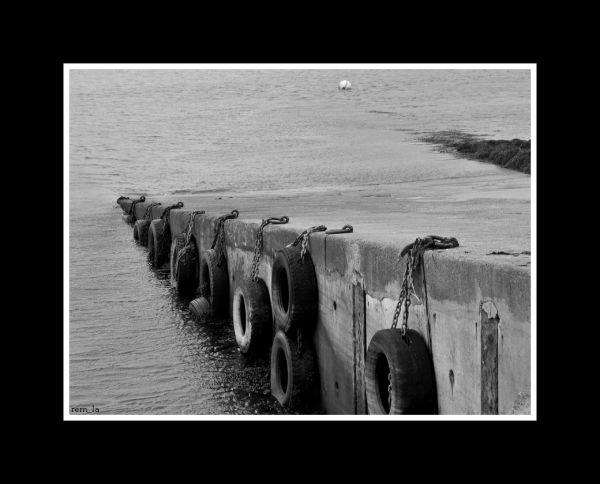 port,lanildut,bretagne,n&b,pneu,jetée,n&b