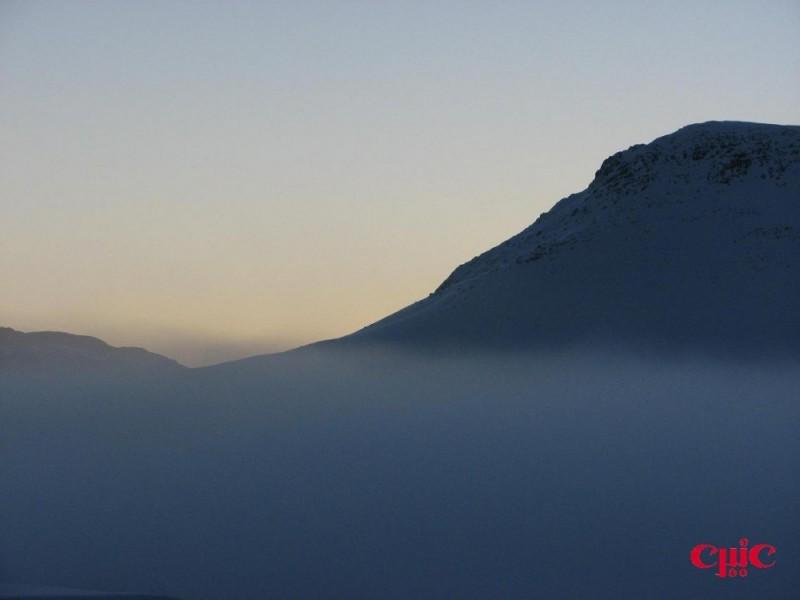 کوه در هاله مه