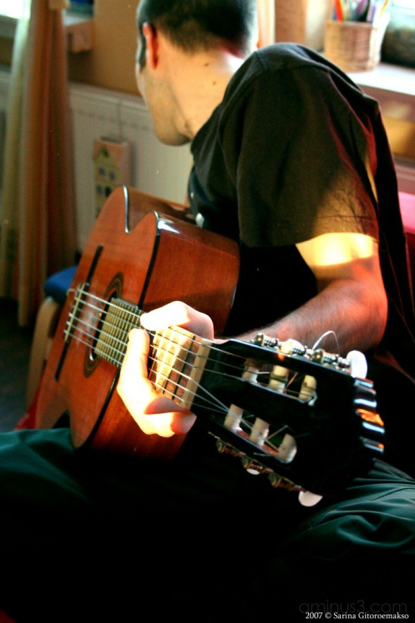 marnix playing guitar