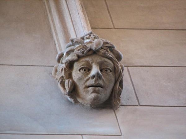 A face statue ona building