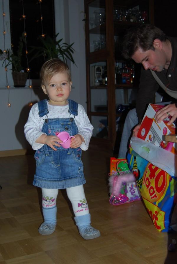 Lexine bekommt Geschenke
