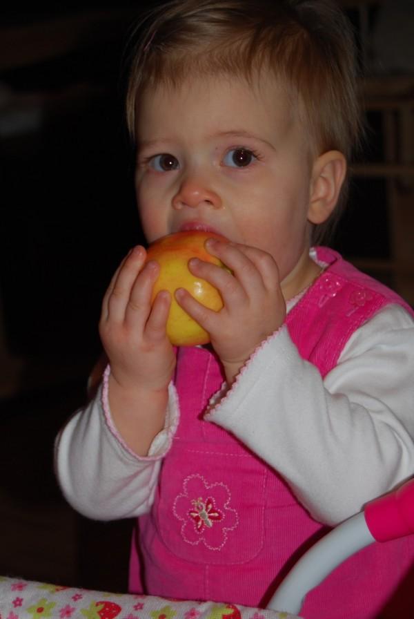 Lexine und leckerer Apfel