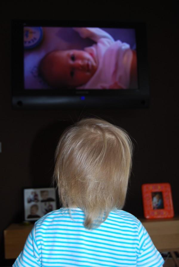 Lexine schaut Baby Lexine
