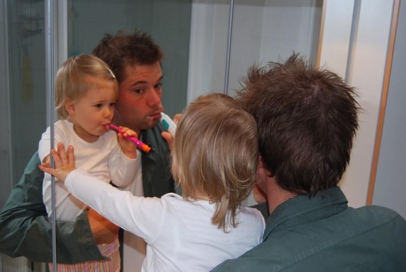Zähne putzen mit Papa