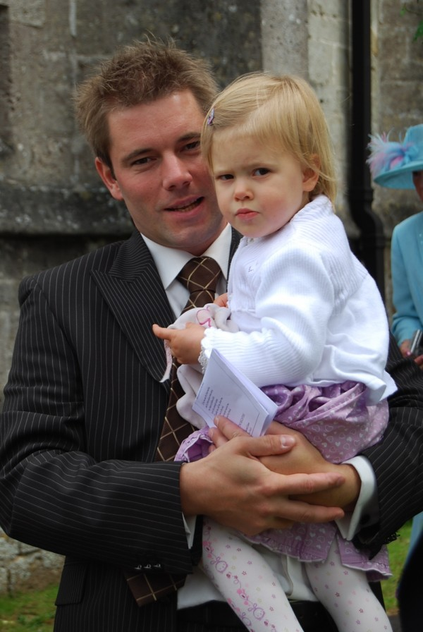Mit Papa vor der Kirche