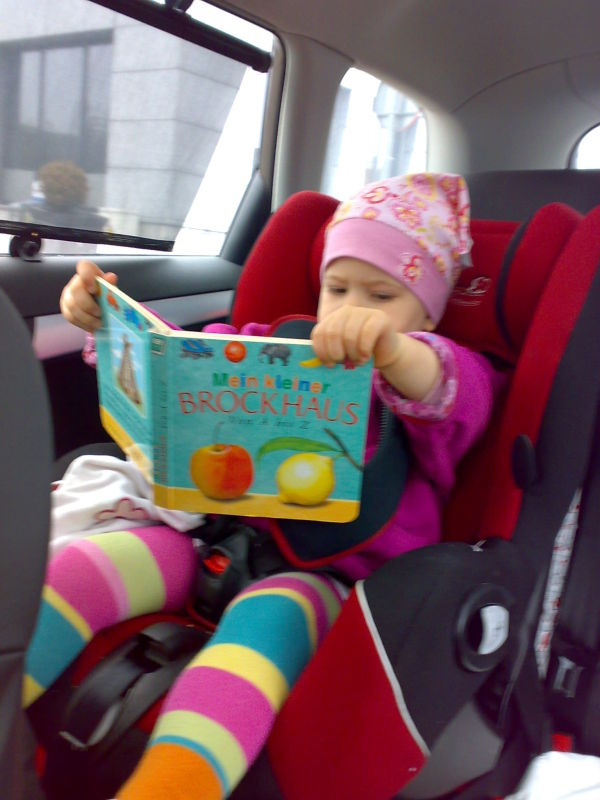 Lesen auf dem Weg zum Kindergarten
