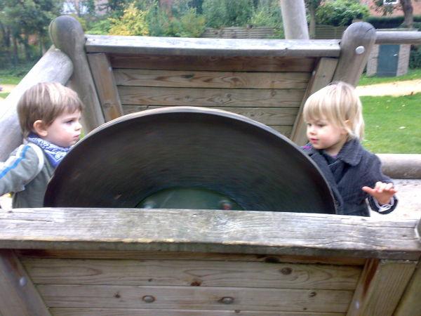 Mit Elias auf dem Spielplatzboot