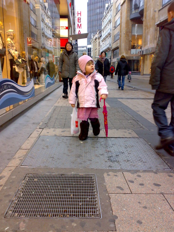 Lexine shopping at Rue Neuve!