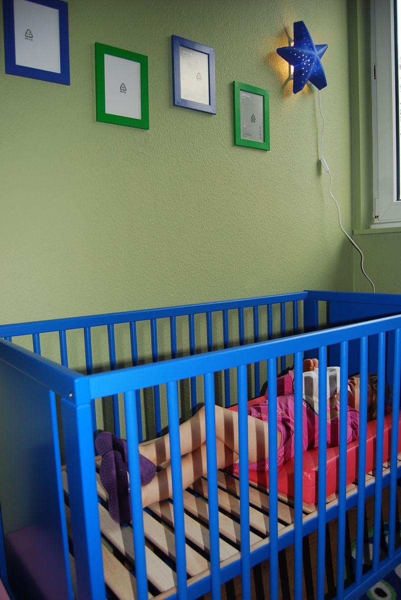 Lexine in Baby's Bett