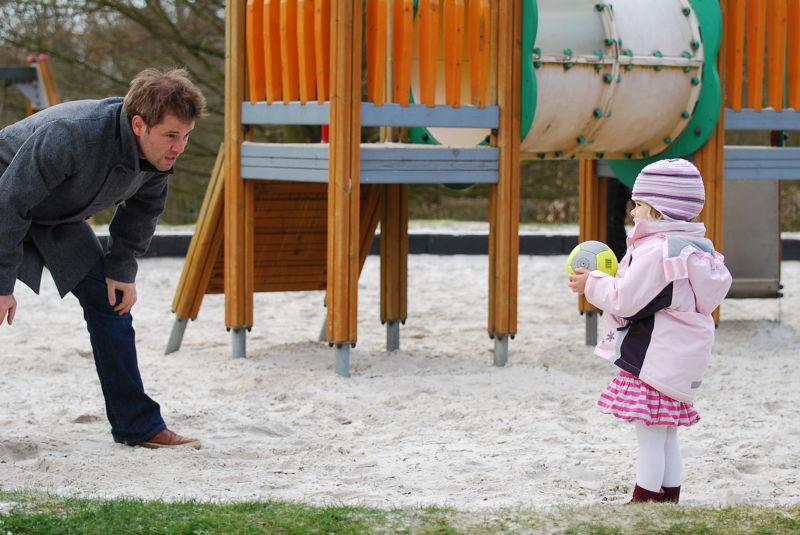Ball spielen mit Papa