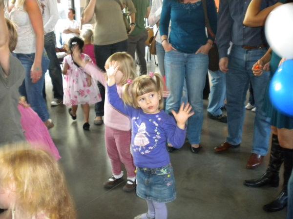 Lexine tanzt bei der Kinderdisco