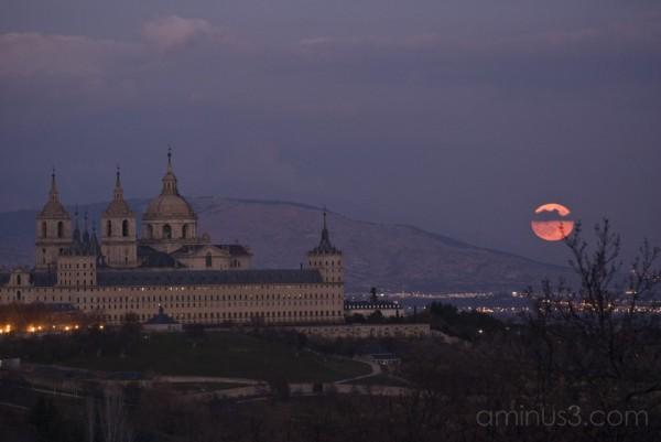 Luna sobre el Monasterio de El Escorial