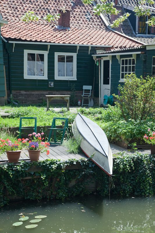 A garden that backs onto a Edam canal