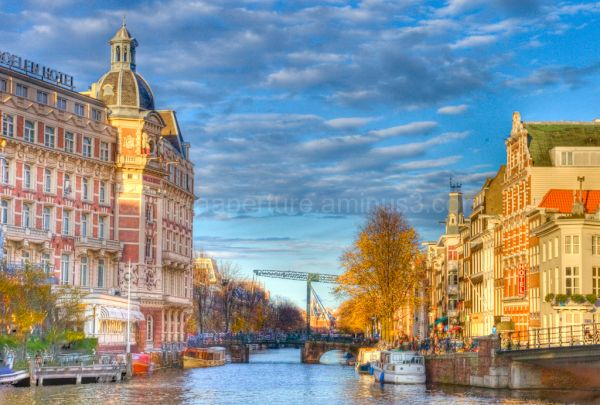 The amstel river in the center of Amsterdam.