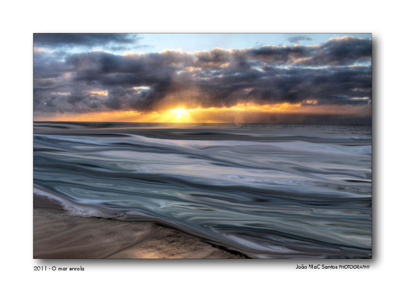O mar enrola na areia...