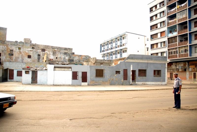 centro havana ciudad de cuba policia en la calle