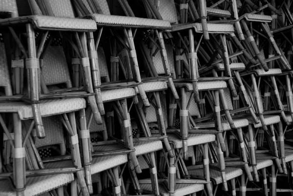 Les chaises empilées