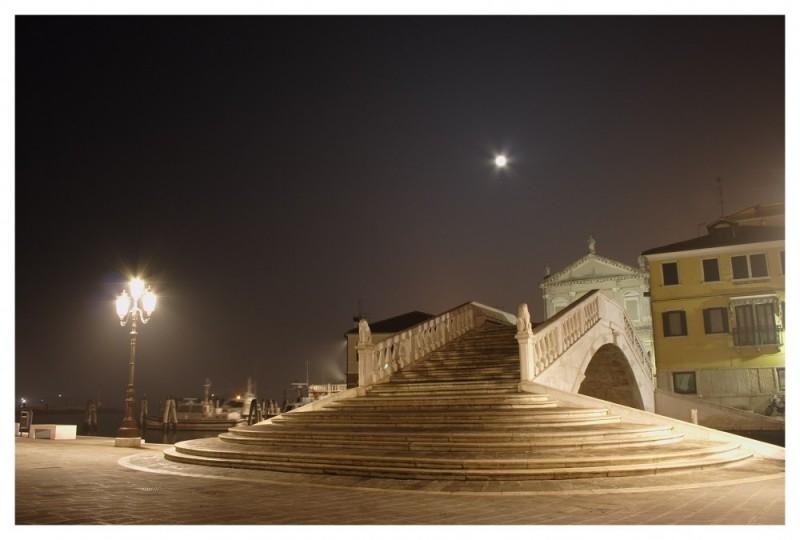 foto notturna del ponte di Vigo a Chioggia