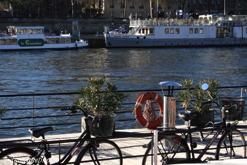 Péniche sur le quai des Tuileries .