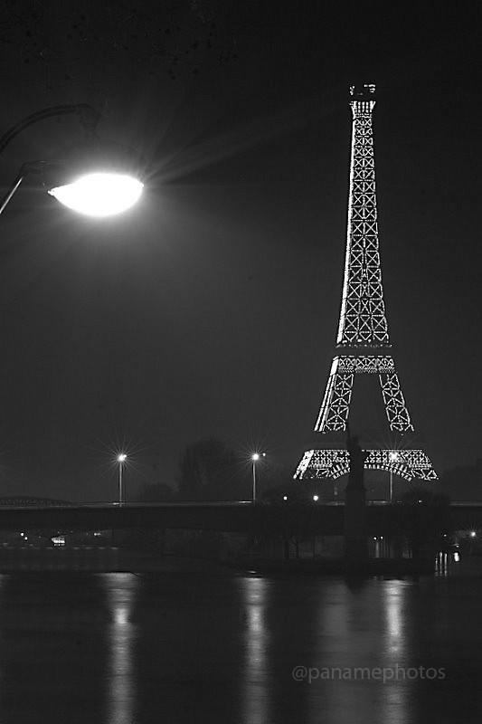 Eiffel et sa Liberté dans la brume Parisienne