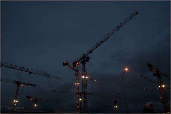 La nuit les grues s'illuminent