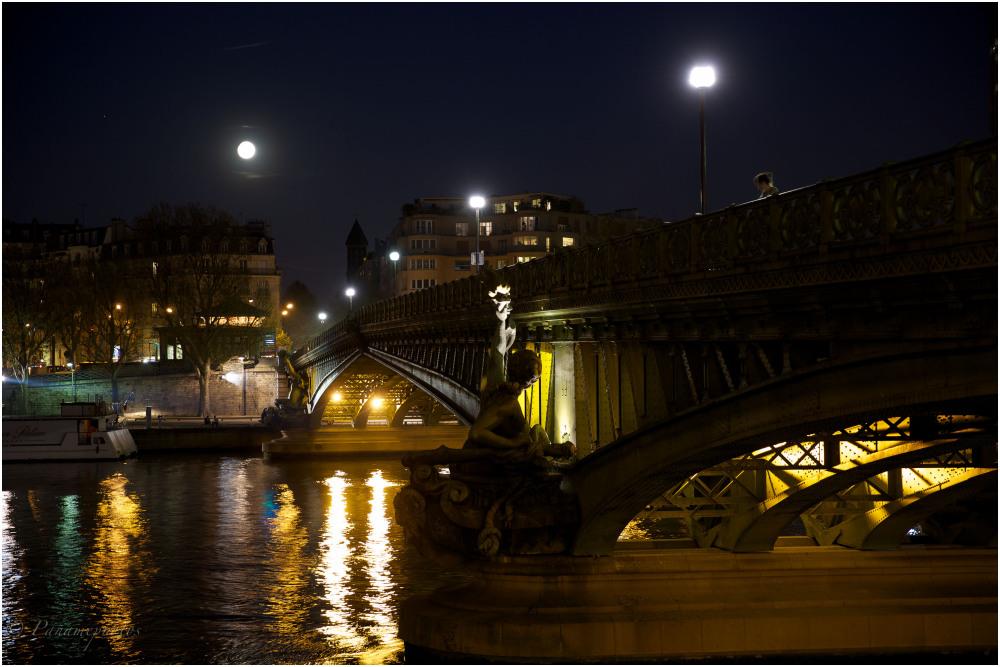 Sous le pont Mirabeau coule la Seine Et nos amours