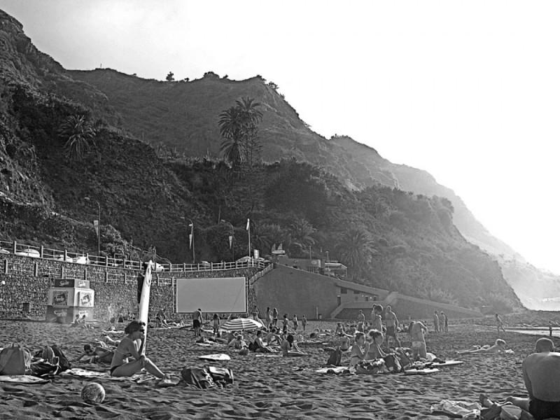 Beach with black sand  plage de sable noir