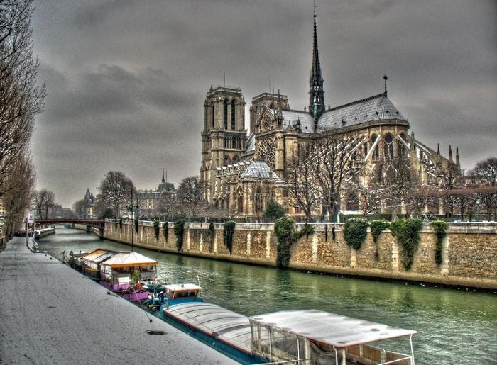 snow in Paris ,neige à Paris cathédrale